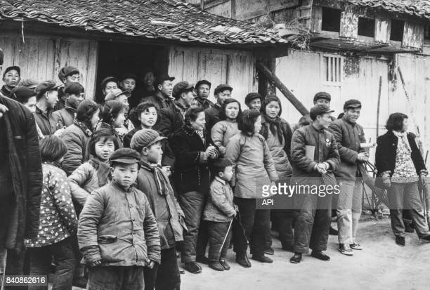 Gardes rouges d'un village de la province de Shandong attendent les instructions de leur chef pour combattre le révisionnisme circa 1960 Chine