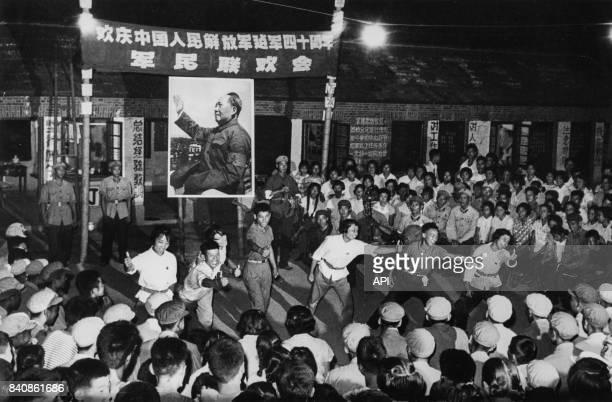Gardes rouges et soldats de l'Armée populaire de libération lors d'un spectacle célébrant la Révolution culturelle le 15 septembre 1967 à Shanghai...