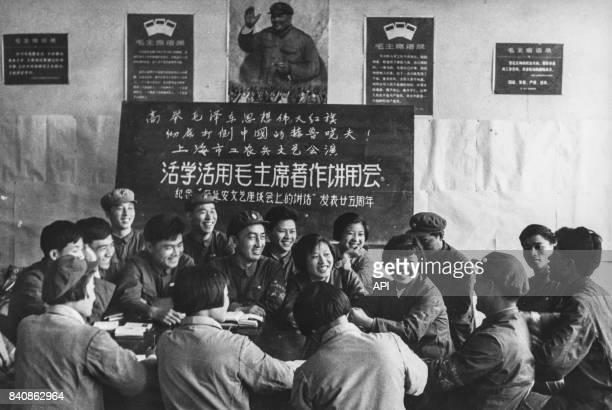 Gardes rouges et soldats se réunissent pour étudier la pensée de Mao le 25 mai 1967 à Shanghai Chine