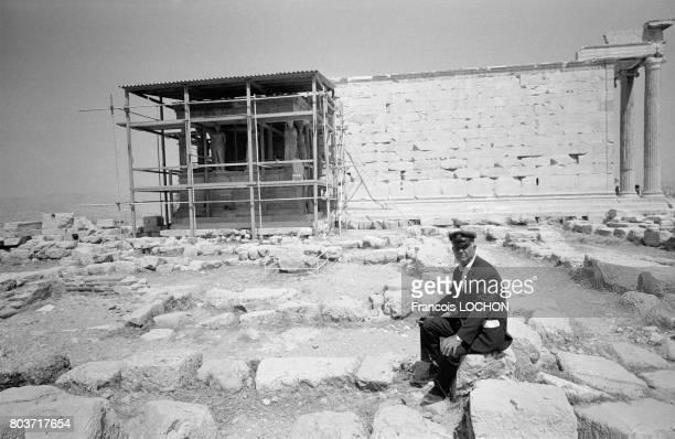 Gardien sur le site de l'Acropole à Athènes en août 1978 en Grèce