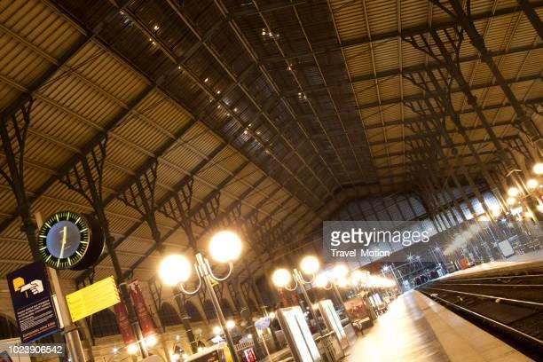 Gare du Nord treinstation station platform's nachts, Paris, Frankrijk