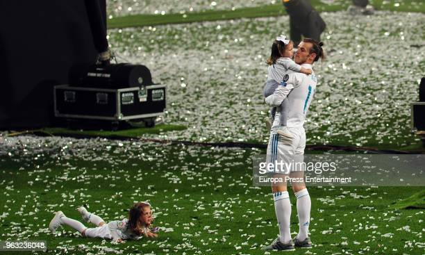Gareth Bale and kids Alba Bale and Nava Bale during the Real Madrid team celebration after winning their 13th European Cup on May 27 2018 in Madrid...