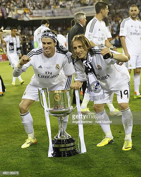 Gareth Bale and Luka Modric of Real Madrid celebrate with the trophy after the Copa del Rey Final between Real Madrid and Barcelona at Estadio...