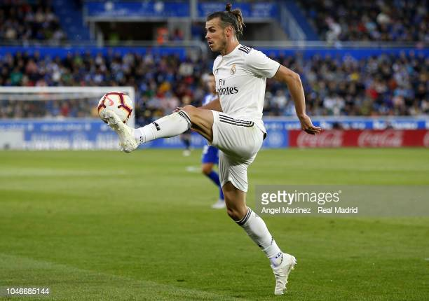 Gareth Bale of Real Madrid controls the ball during the La Liga match between Deportivo Alaves and Real Madrid at Estadio de Mendizorroza on October...
