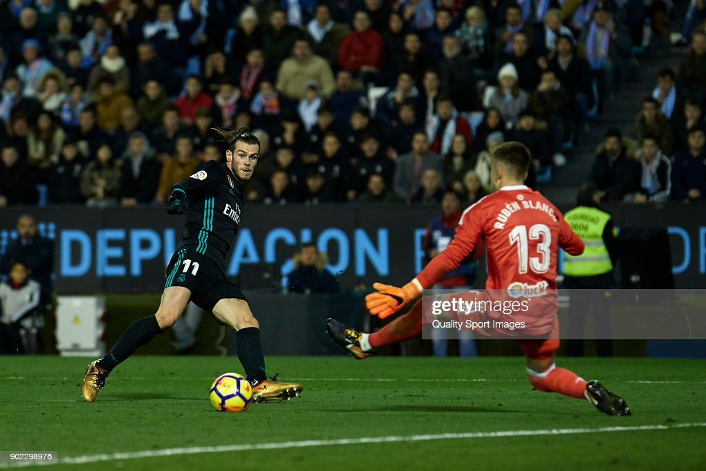 Gareth Bale of Real Madrid scores his team's first goal during the La Liga match between Celta de Vigo and Real Madrid at Estadio de Balaidos on January 7, 2018 in Vigo, Spain.
