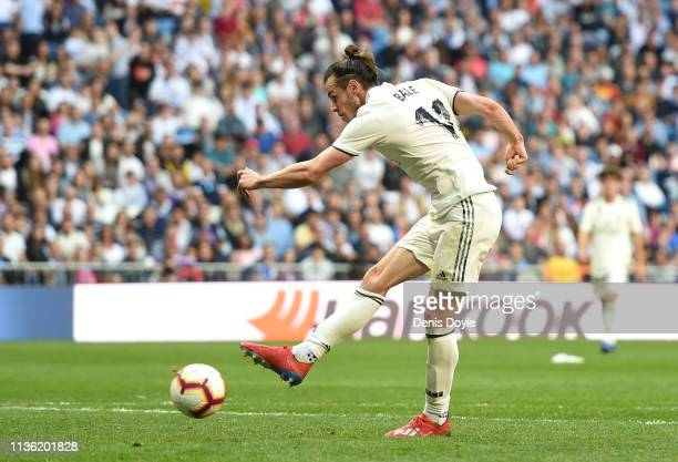 Gareth Bale of Real Madrid scores his team's second goal during the La Liga match between Real Madrid CF and RC Celta de Vigo at Estadio Santiago...
