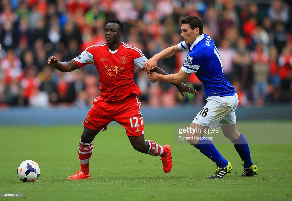 Gareth Barry of Everton holds onto Victor Wanyama of Southampton during the Barclays Premier League match between Southampton and Everton at St Mary's Stadium on April 26, 2014 in Southampton, England.