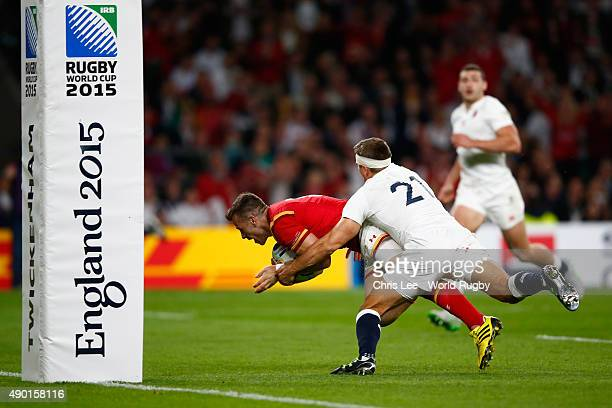 Gareth Davies of Wales scores the Wales try as Richard Wigglesworth of England tackles during the 2015 Rugby World Cup Pool A match between England...
