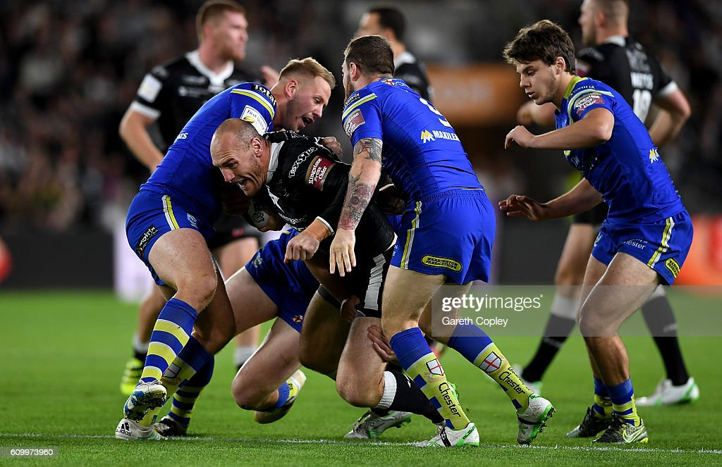 Gareth Ellis of Hull FC is tackled by the Warrington defence during the First Utility Super League match between Hull FC and Warrington Wolves at KCOM Stadium on September 23, 2016 in Hull, England.
