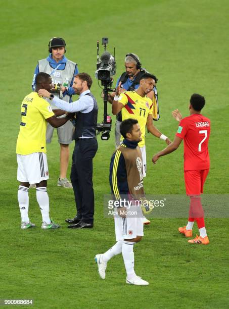 Gareth Southgate, Manager of England congratulates Cristian Zapata of Colombia while Jesse Lingard of England does the same with Johan Mojica of...