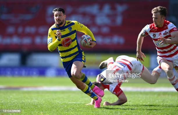 Gareth Widdop of Warrington gets past Matthew Gee of Leigh during the Betfred Super League match between Warrington Wolves and Leigh Centurions at...
