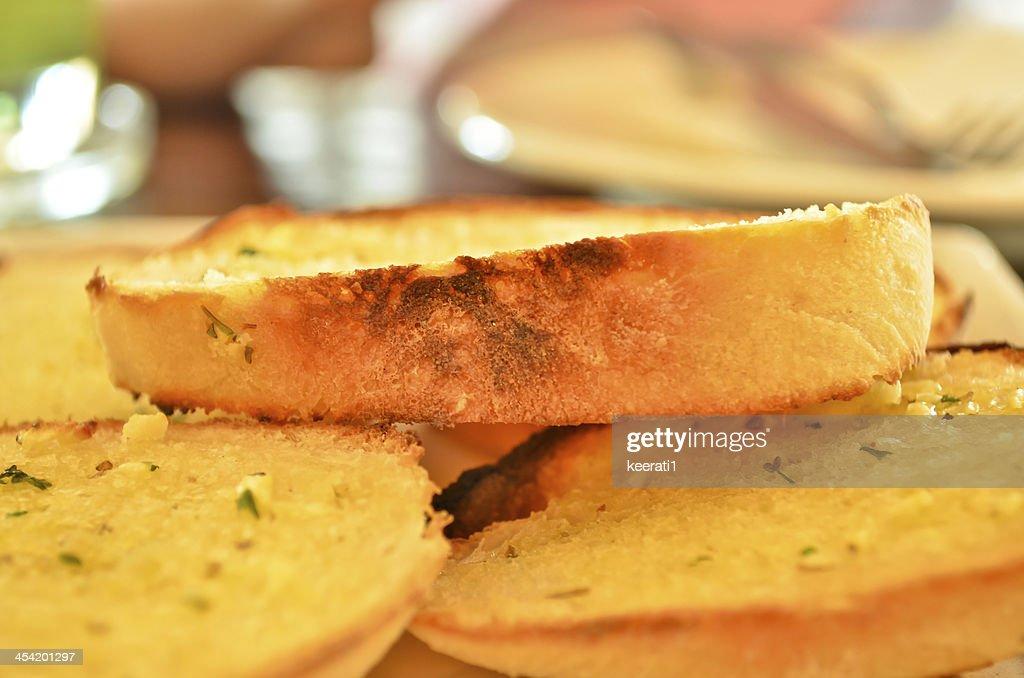 Pan con ajo y hierbas. : Foto de stock