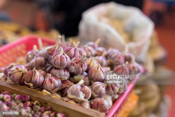 garlic at the market (morocco, essaouira) - agadir photos et images de collection