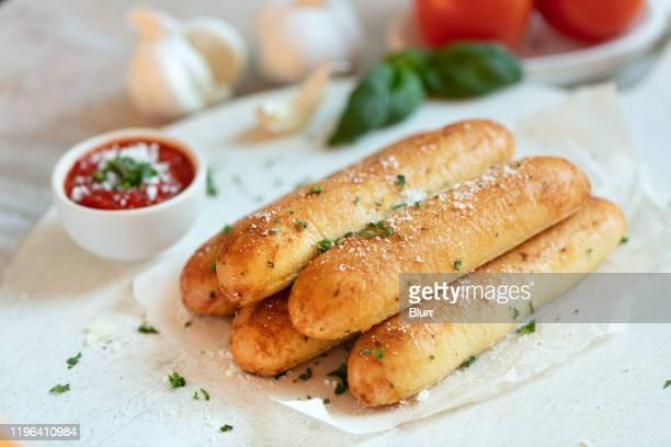 palos de pan de ajo - colina fotografías e imágenes de stock