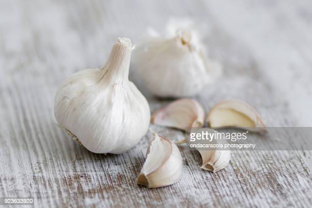 garlic cloves over a rustic background - garlic clove imagens e fotografias de stock