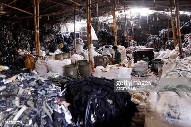 garment leftovers (waste) at a jhoot godown - fábrica têxtil imagens e fotografias de stock