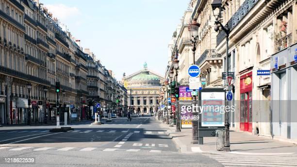 opéra garnier avec des rues vides pendant la pandémie covid 19 en europe. - confinement photos et images de collection