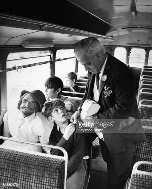Garçon assis aux côtés de la marionnette 'Guy Fawkes' dans un bus à Londres RoyaumeUni