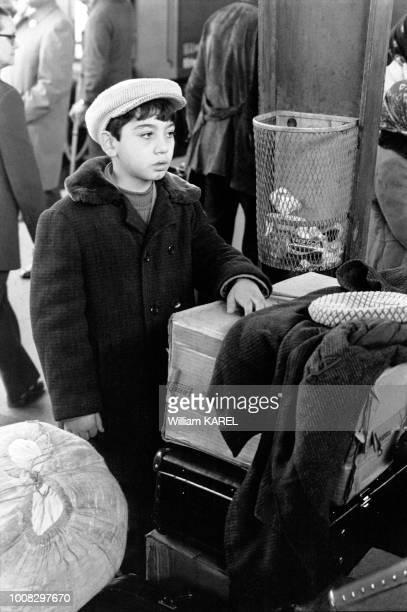 Garçon émigré juif d'URSS à la gare de Vienne Autriche en octobre 1973