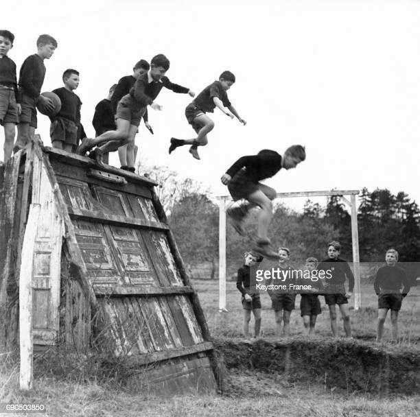 Garçons à l'entraînement sportif sautent d'un tremplin