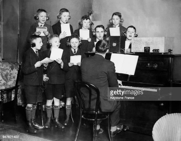 Garçons sourds en cours de chant la musique est amplifiée à travers les écouteurs qu'ils ont aux oreilles au Mancester Royal School au RoyaumeUni