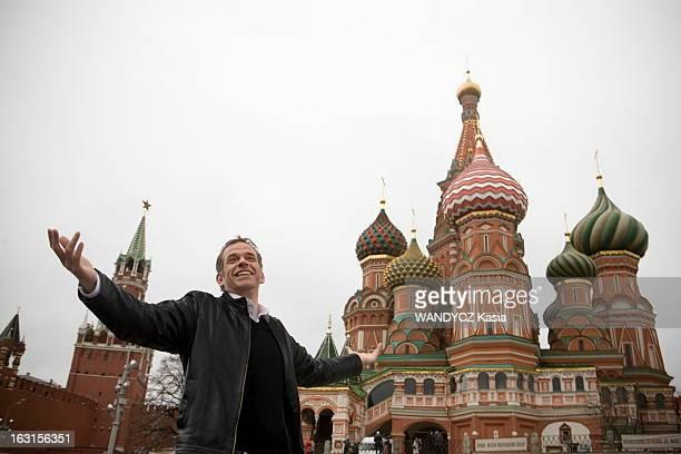 Garou Tour In Russia Moscou Novembre 2010 Attitude souriante du chanteur québécois GAROU posant sur la Place Rouge devant la cathédrale...