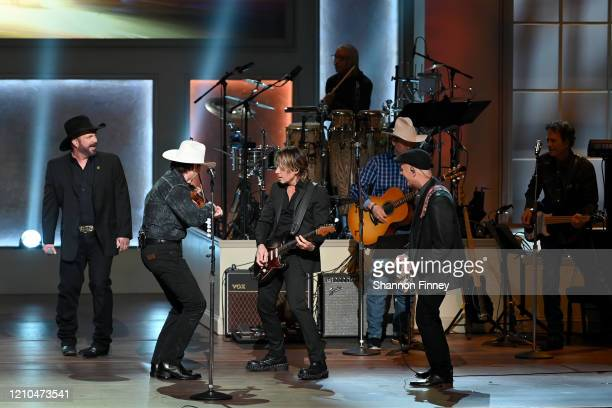 Garth Brooks Keith Urban and members of the Garth Brooks touring band perform at The Library of Congress Gershwin Prize tribute concert at DAR...