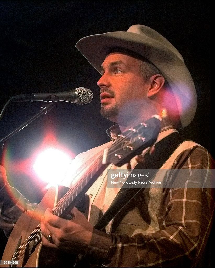 Garth Brooks playing a private concert for contest winners a : News Photo