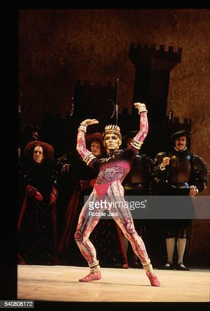 gary avis in the royal ballet's the prince of the pagodas - robbie jack stock-fotos und bilder
