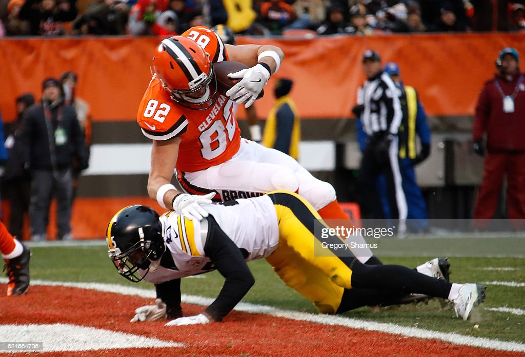 Gary Barnidge #82 of the Cleveland Browns scores a third quarter touchdown in front of Artie Burns #25 of the Pittsburgh Steelers at FirstEnergy Stadium on November 20, 2016 in Cleveland, Ohio.