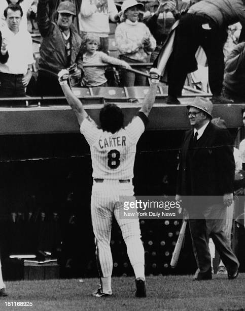 Gary Carter salutes fans at playoffs
