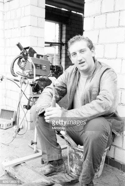 Gary Holton Actor Auf Wiedersehen Pet, television programme, being filmed at Central TV's Elstree Studios, October 1982. The comedy series is about a...