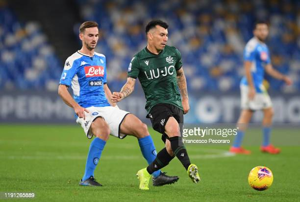 Gary Medel of Bologna FC vies with Fabian Ruiz of SSC Napoli during the Serie A match between SSC Napoli and Bologna FC at Stadio San Paolo on...