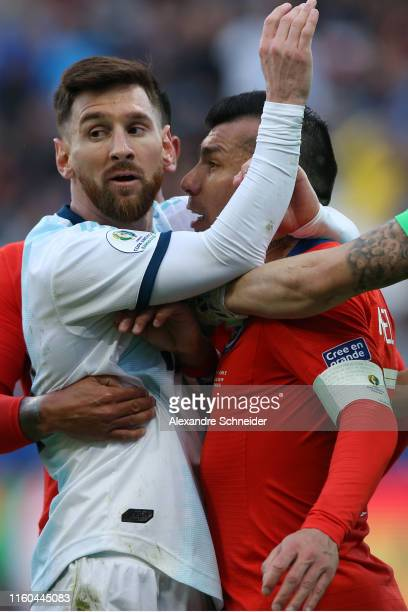 Gary Medel of Chile argues with Lionel Messi of Argentina during the Copa America Brazil 2019 Third Place match between Argentina and Chile at Arena...