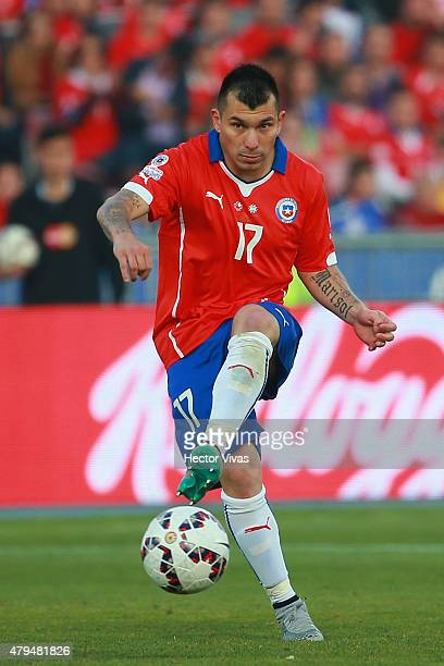 Gary Medel of Chile drives the ball during the 2015 Copa America Chile Final match between Chile and Argentina at Nacional Stadium on July 04, 2015...
