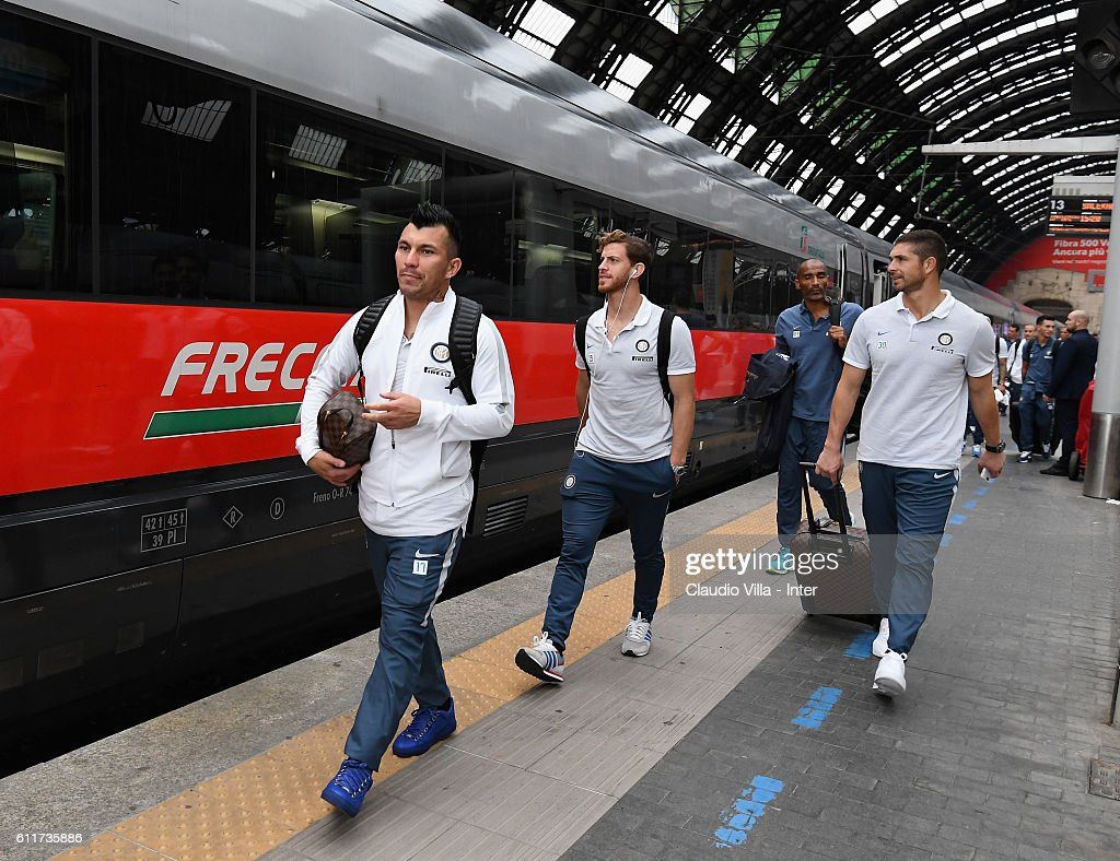Gary Medel of FC Internazionale (L) departs to Rome on October 1, 2016 in Como, Italy.