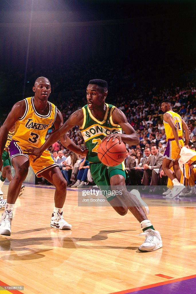 Gary Payton #20 of the Seattle SuperSonics drives past Sedale Threatt #3 of the Los Angeles Lakers during a game played at the Great Western Forum in Los Angeles, California circa 1991.