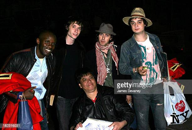 Gary Powell John Hassall Carl Barat and Pete Doherty of The Libertines with fan