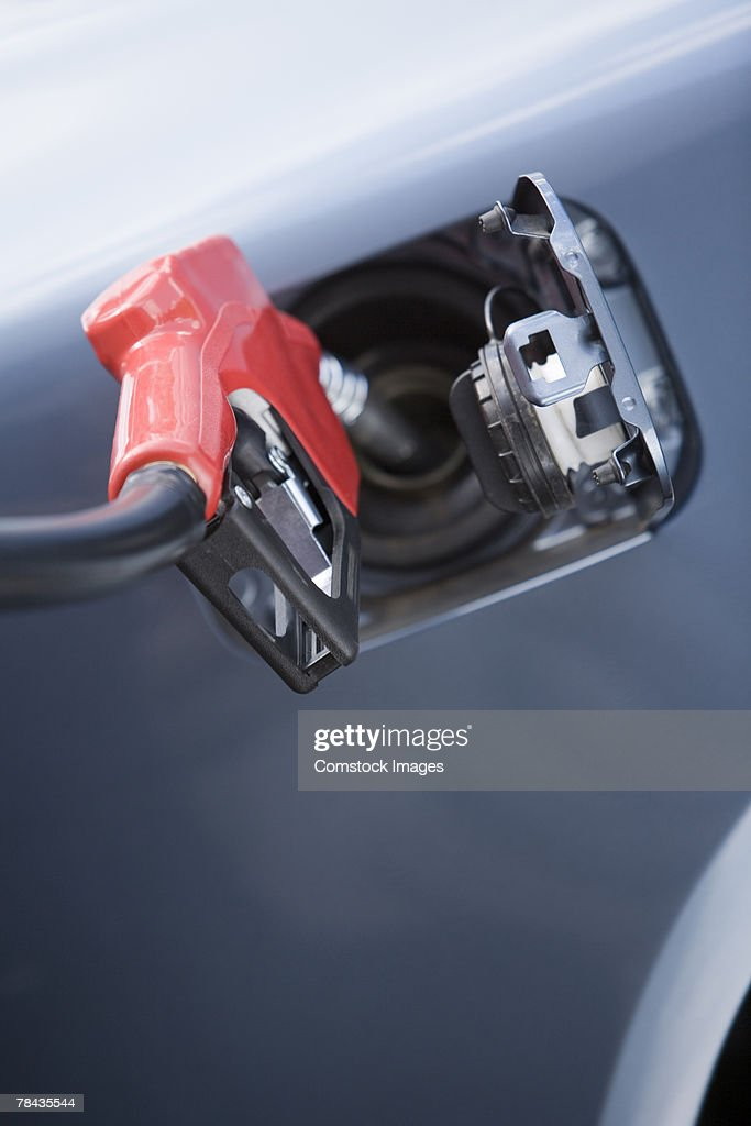 Gas being pumped into automobile : Stockfoto