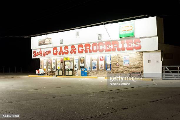 gas & groceries store at night - fachada supermercado imagens e fotografias de stock