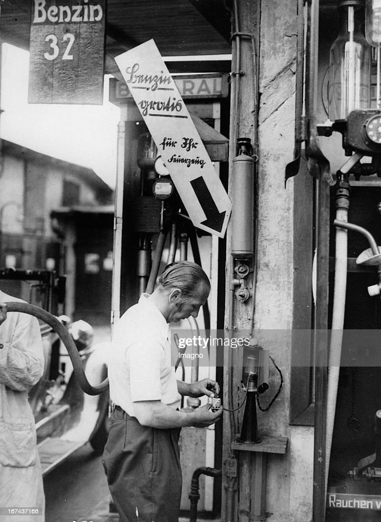 Gas station for lighters at a gas station in Berlin. About 1930. Photograph. (Photo by Imagno/Getty Images) Tankstelle für Feuerzeuge bei einer Berliner Tankstelle. Um 1930. Photographie.