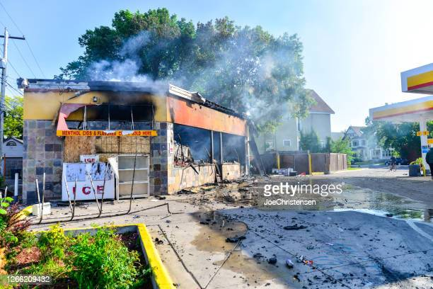 gas station - minneapolis lake steet damage and fires - looting stock pictures, royalty-free photos & images