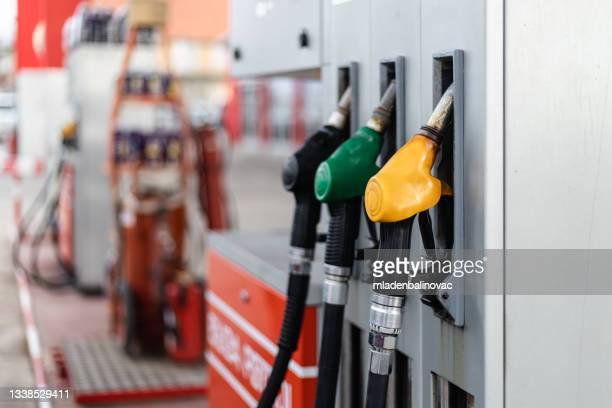 trabalho em posto de gasolina - sapato salto alto com plataforma - fotografias e filmes do acervo