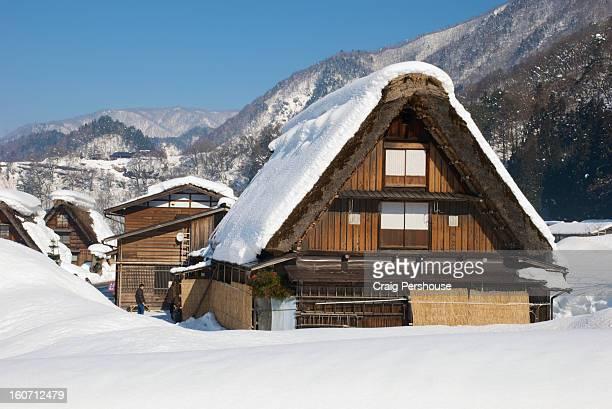 gassho-zukuri houses in the snow - 岐阜県 ストックフォトと画像