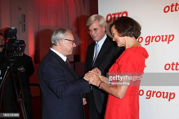Gastgeber Dr Michael Otto Begrüsst Und Ehefrau Christl Begrüssen Verleger Hubert Burda Beim Empfang Zum Dinner Der Otto Group In Den Börsensälen Der...