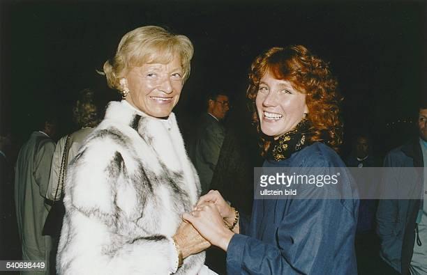 Gastgeberin Ella Baronin von LüttwitzHeinrich und Babette Haag stehen sich auf Gut Emkendorf gegenüber und halten sich an den Händen Die Scheune des...