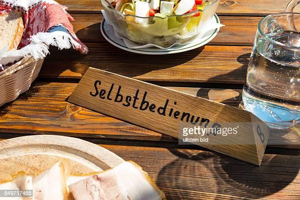 Gasthof Schild Selbstbedienung und Speisen auf einem Holztisch