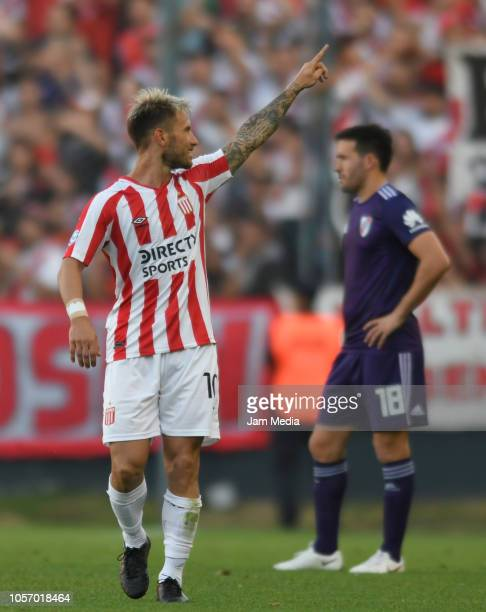 Gastón Fernandez of Estudiantes celebrates his side's first goal during a match between Estudiantes and River Plate as part of Superliga 2018/19 at...