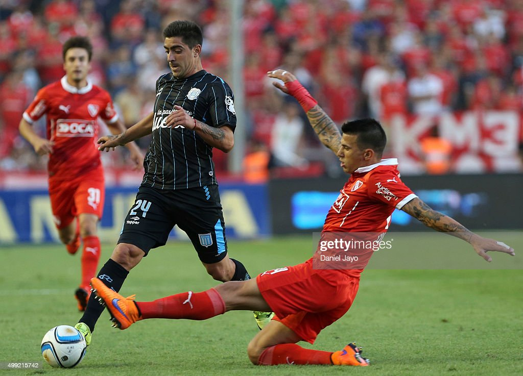 Gaston Diaz of Racing Club (L) and Jorge Ortiz of Independiente battle for the ball during a first leg match between Independiente and Racing Club as part of Pre Copa Libertadores Playoff at Libertadores de America Stadium on November 29, 2015 in Avellaneda, Argentina.