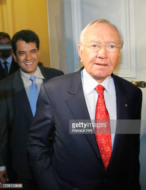 Gaston Flosse président de l'archipel polynésien sort le 23 novembre 2004 du ministère de l'Outremer après la tableronde sur la crise en Polynésie...